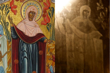 Икона «Всех скорбящих Радосте» (с грошиками) и ее отображение на стекле (справа)