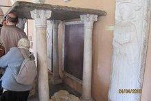 Мерило Иисуса Христа - предполагают, что Господь был такого роста. Рим. Храм Джованни ин Латерано.
