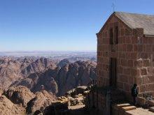 Вершина горы находится на высоте 2285 метров.