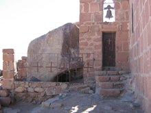 У храма на святой горе Синай за решеткой пещера, где 40 дней укрывался Моисей.