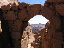 По преданию раньше таких арок было 10, у каждой сидел монах и принимал покаяние, относящихся к одной из десяти заповедей.