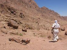 Путь по пустыне к пещере Иоанна Лествичника.