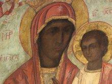 Икона Богородицы исчезла, исцелила девушку в Америке и затем вернулась. Над правым глазом виден глаз от первоначального изображения