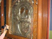 Сухие цветы за стеклом иконы Пресвятой Богородицы на праздник расцветают. Монастырь вмч. Марины