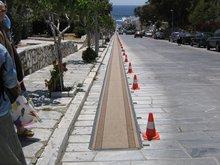 О. Тинос. Дорожка к храму Благовещения, по которой на коленях поднимаются с молитвенным прошением или благодарностью