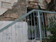 Вход в пещеру в которой скрылся ап. Андрей Первозванный и паук у входа соткал паутину чем ввел преследователей в заблуждение