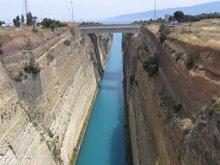 Коринфский канал построен в конце 19 века соединяющий два моря Эгейское и Ионическое. Длина 6км, ширина 24м, высота стен 75 м. глубина 8 м.