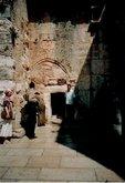 Вход в храм где находится Вифлеемская пещера. Частично замурован, чтобы не мог въехать всадник