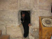 ''Игольное ушко'', дверь рядом с вратами через которую стража пропускала путников прибывших ночью.