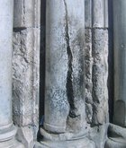 Колонна из которой на Пасху чудесным образом вышел огонь и зажег свечи Православным, когда их не пустили в храм Господень.