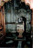 Кувуклия. В ковчеге, который во время Литургии служит Престолом, часть камня отваленного от Гроба Господня.