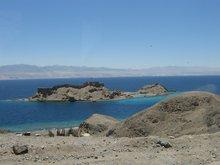 На острове крепость крестоносцев, которые защищали пилигримов (паломников).
