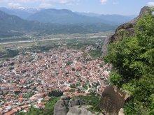 Город Каламбака у подножья Метеор.