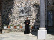 Каменная плита с фото слева от входных ворот. Игумен приказал в последний раз подать милостыню и сфотографировать это