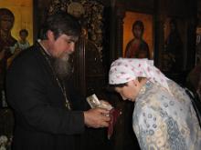 Поклонение святым мощам великомученика Георгия Победоносца в храме в местечке Симвулас.