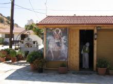 Вход в притвор храма.