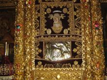 Икона Пресвятой Богородицы (Киккская), лик Богородицы и Господа всегда завешены и не доступны для обозрения.