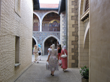 В галереях на стенах фрески, повествующие о истории иконы Пресвятой Богородицы (Киккская)