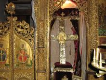Крест с частями Честного Креста Господня.