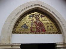 В монастыре имеется пояс, помогающий чадородию. Мозаика, изображающая и чудо с камнем и чудотворный пояс.