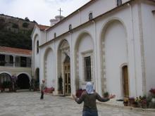 В обители имеется чудотворная икона святого Георгия Победоносца, которую фотографировать не благословляют.