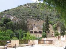 Пещерный храм с фресками.