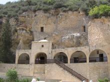 Прорубив в потолке пещерного храма лаз, преподобный Неофит высек себе над храмом келью, в которой затворился до самой смерти.