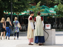 Девушки в национальных одеждах.