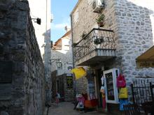 По преданию, по улочкам города с проповедью проходили святые Апостолы.