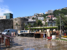 Городская стена старого города. Граница древнего и современного.